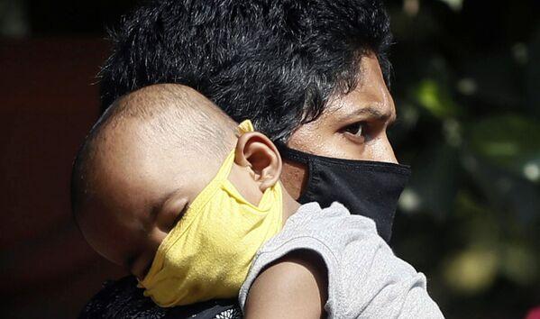 Dziecko w masce w Indiach - Sputnik Polska