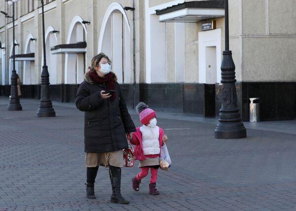 Matka i dziecko w maskach na Ukrainie - Sputnik Polska