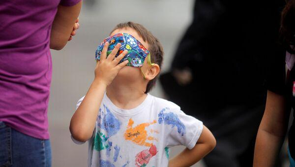 Chłopczyk w masce w Peru - Sputnik Polska