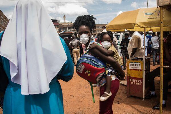 Matka z dzieckiem w maskach w Ugandzie - Sputnik Polska