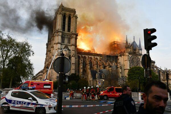 Pożar w katedrze Notre Dame w Paryżu   - Sputnik Polska