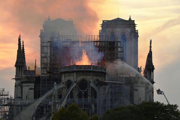 Strażacy gaszą pożar w Notre Dame - Sputnik Polska