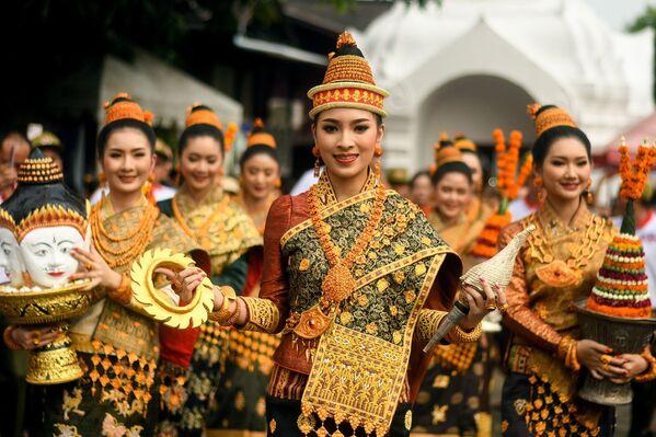 """Zwyciężczyni konkursu Miss Laos New Year lub """"Nang Sang Khan"""" Mila Douangximay wraz z pozostałymi sześcioma wybranymi uczestniczkami, z których każda symbolizuje siedem córek króla Kabinlaphoma, biorących udział w corocznym Nowym Roku Laosu  - Sputnik Polska"""