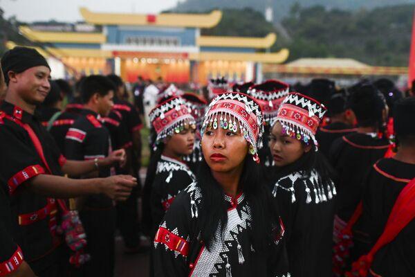 Dziewczyna w tradycyjnym kostiumie podczas próby parady w Myanmar - Sputnik Polska