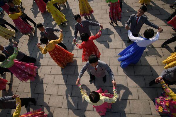 Taniec podczas obchodów Dnia Słońca w Korei Północnej - Sputnik Polska