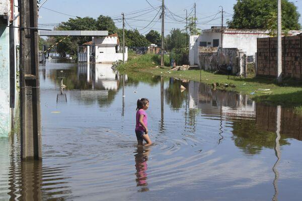 Dziewczyna na ulicy podczas powodzi w Paragwaju - Sputnik Polska