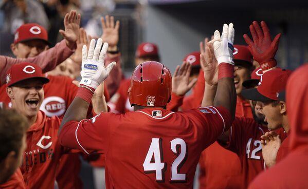 Yasiel Puig  gratuluje kolegom z drużyny podczas meczu baseballowego w Los Angeles - Sputnik Polska