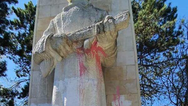 """Monument, który znany jest w mieście pod nazwą """"Alosza"""" chuligani oblali różową i białą farbę - Sputnik Polska"""