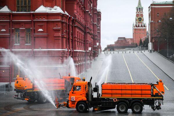 Dezynfekcja dróg asfaltowych i chodników w Moskwie - Sputnik Polska
