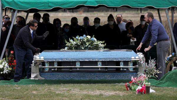 Krewni na pogrzebie zmarłego na COVID-19, USA - Sputnik Polska