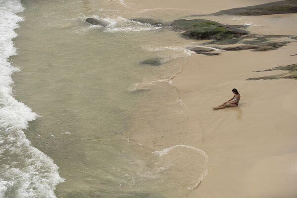 Kobieta na plaży Arpoador w Rio de Janeiro - Sputnik Polska
