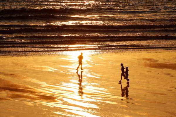 Ludzie uprawiają sport na opuszczonej plaży w Wielkiej Brytanii - Sputnik Polska