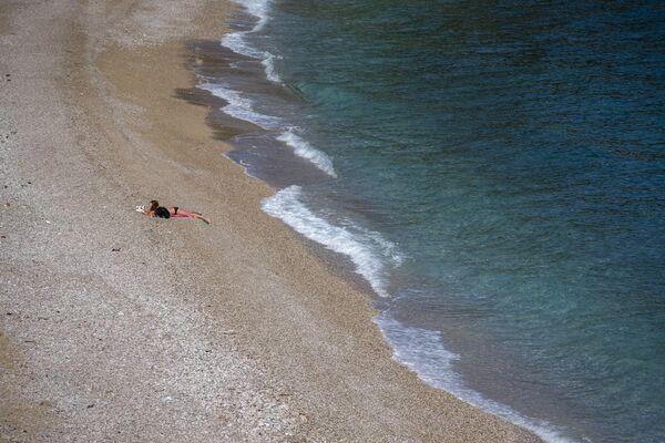 Dziewczyna na pustej plaży w Chorwacji  - Sputnik Polska