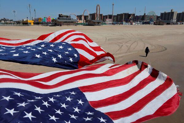 Amerykańskie flagi na plaży na Brooklynie - Sputnik Polska