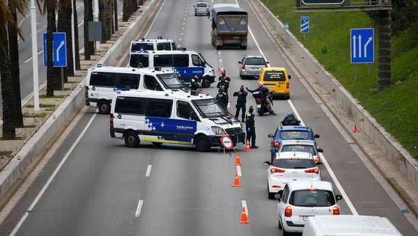 Policja na ulicach Barcelony podczas wybuchu koronawirusa - Sputnik Polska