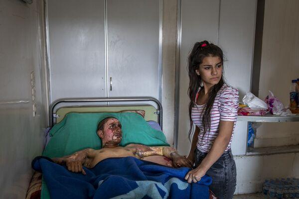 Zdjęcie Injured Kurdish Fighter Receives Hospital Visit, fot. Ivor Prickett, laureat konkursu World Press Photo 2020 - Sputnik Polska