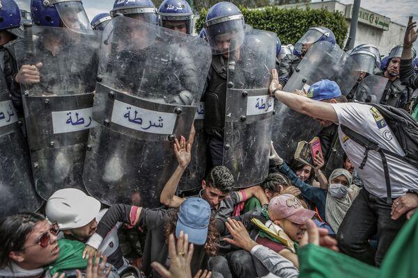 Zdjęcie Clash with the Police During an Anti-Government Demonstration, fot. Farouk Batiche, laureat konkursu World Press Photo 2020 - Sputnik Polska
