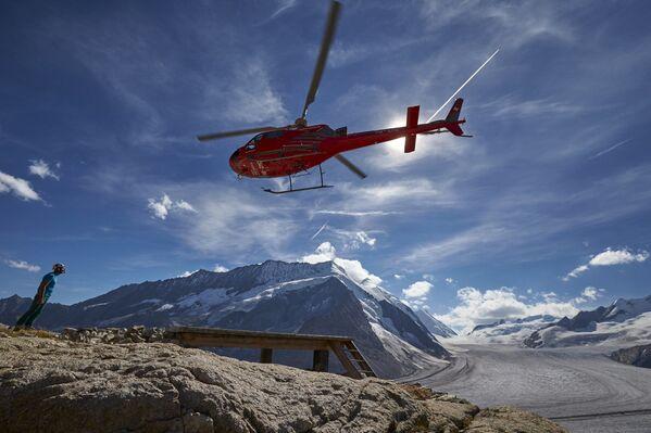 Helikopter nad lodowcem Aletschgletscher w Alpach - Sputnik Polska