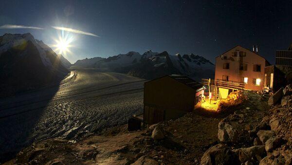 Księżyc nad lodowcem Aletschgletscher w Alpach - Sputnik Polska