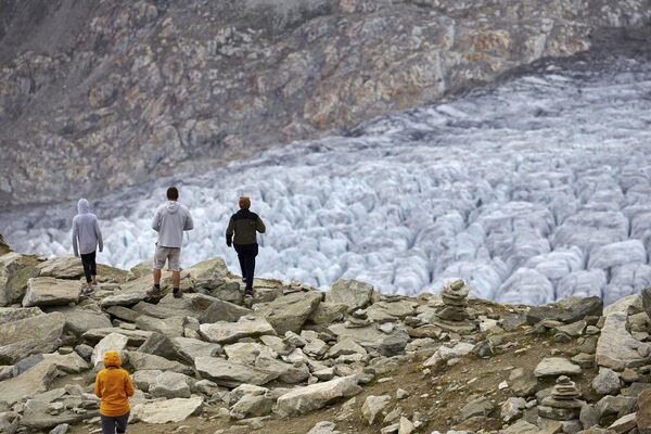 Turyści na lodowcu Aletschgletscher w Alpach - Sputnik Polska