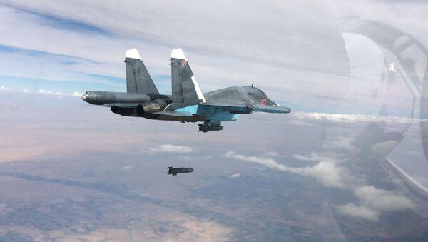 Niszczyciel Su-34 podczas nalotów w prowincjach Rakka i Aleppo w Syrii - Sputnik Polska