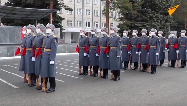 Parada pod oknem - Sputnik Polska