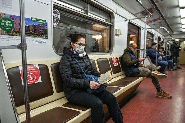 Pasażerowie w moskiewskim metro - Sputnik Polska