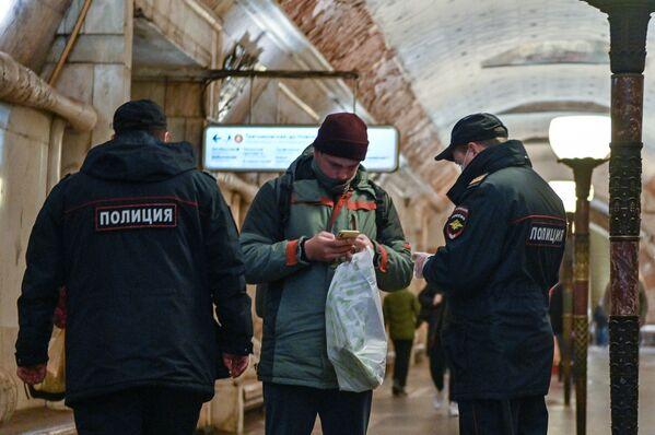 """Policjanci na stacji """"Nowokuznieckaja"""" w moskiewskim metrze - Sputnik Polska"""