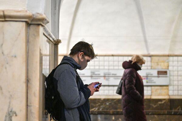 """Pasażer w masce na stacji moskiewskiego metra """"Taganskaja"""" - Sputnik Polska"""