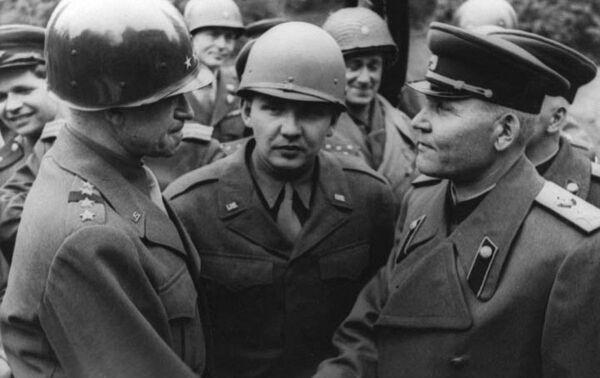 Marszałek Iwan Koniew i Omar Bradley podczas spotkania nad Łabą w sztabie 1. Frontu Ukraińskiego - Sputnik Polska
