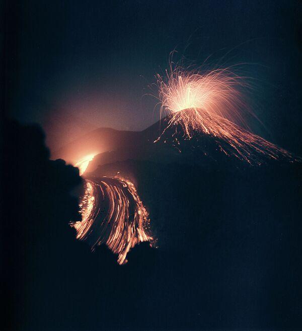 Erupcja wulkanu Kluczewska Sopka na Kamczatce - Sputnik Polska