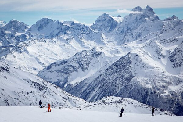 Urlopowicze w kurorcie Elbrus w ośrodku narciarskim Elbrus Azau w Republice Kabardyno-Bałkarii - Sputnik Polska