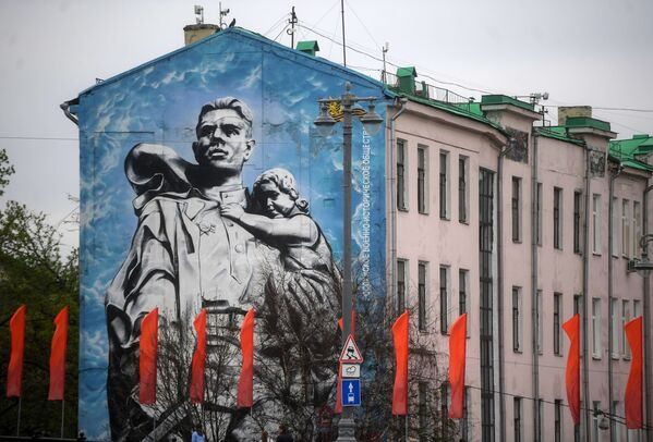 """Graffiti """"Wojownik-Oswobodziciel"""" na jednym z domów w Moskwie - Sputnik Polska"""
