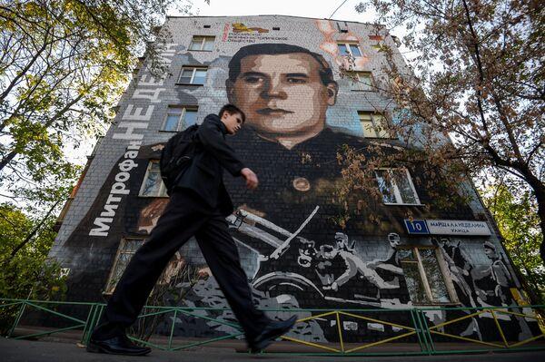 """Graffiti """"Marszałek Niedielin"""" autorstwa artysty Siergieja Owsejkina wykonane na Dzień Zwycięstwa - Sputnik Polska"""