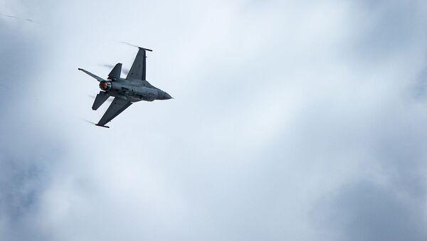 Myśliwiec F-16 w locie - Sputnik Polska