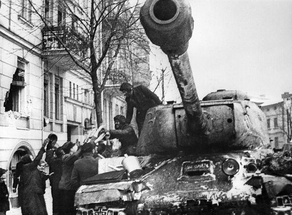 Mieszkańcy Poznania witają radziecki czołg IS-2 - Sputnik Polska