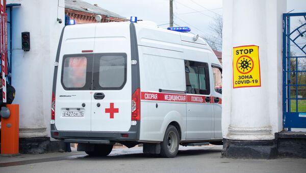 Karetka pogotowia jedzie na terytorium szpitala klinicznego we Władykaukazie - Sputnik Polska