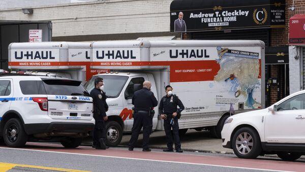 W środę w pobliżu jednego z zakładów pogrzebowych w Brooklynie w Nowym Jorku znaleziono ciężarówki z dziesiątkami rozkładających się ciał - Sputnik Polska