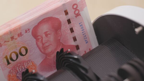 Licznik pieniędzy sprawdza numery banknotów chińskiego juana - Sputnik Polska