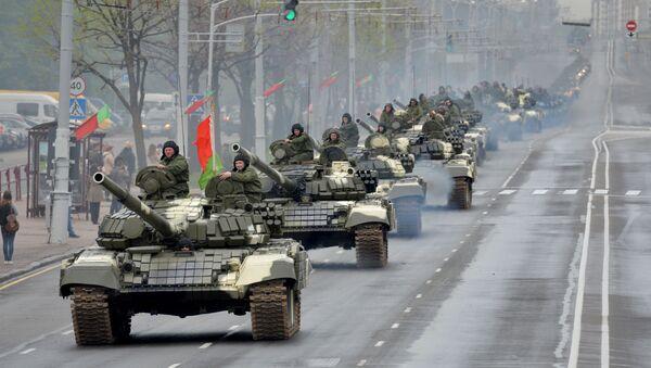 Kolumna czołgów T-72 jedzie ulicami Mińska w czasie próby generalnej przed Paradą Zwycięstwa z okazji 70. rocznicy Zwycięstwa w Wielkiej Wojnie Ojczyźnianej - Sputnik Polska