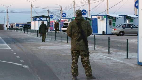 Wojskowy DRL na punkcie kontrolnym między Ukrainą a DRL - Sputnik Polska