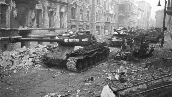 Radzieckie czołgi na ulicach Berlina, 1945 r. - Sputnik Polska