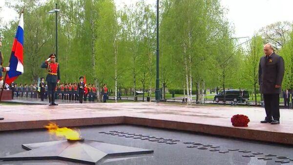 Władimir Putin złożył kwiaty pod pomnikami miast bohaterów - Sputnik Polska