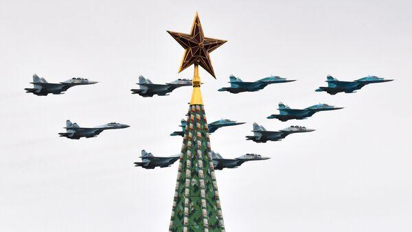 Su-30SM, Su-35S, Su-34 w niebie nad Placem Czerwonym - Sputnik Polska