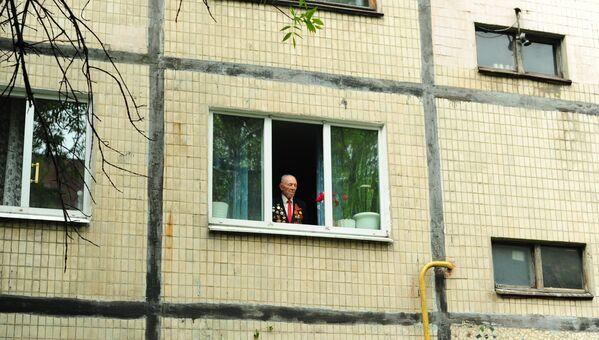 Weteran w oknie, Ukraina - Sputnik Polska
