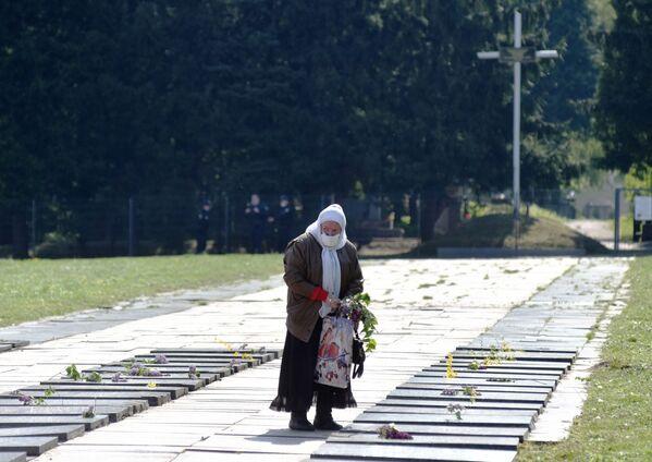 Kobieta na cmentarzu wojennym we Lwowie - Sputnik Polska