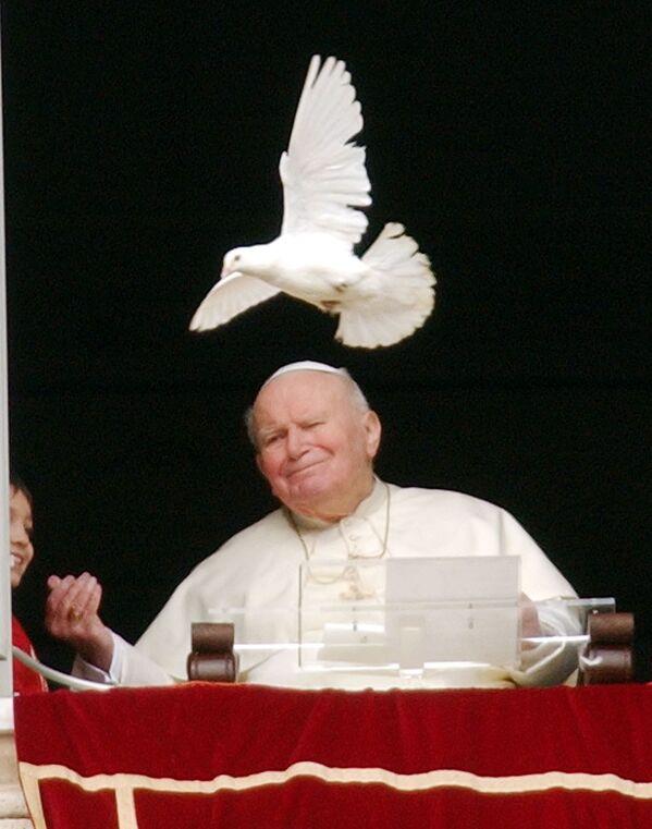 Papież Jan Paweł II i biały gołąb na placu Św. Piotra w Watykanie - Sputnik Polska