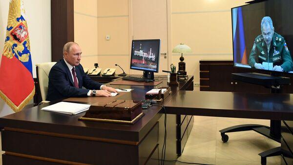 Prezydent Rosji Władimir Putin w czasie spotkania w trybie wideokonferencji z ministrem obrony Rosji Siergiejem Szojgu - Sputnik Polska