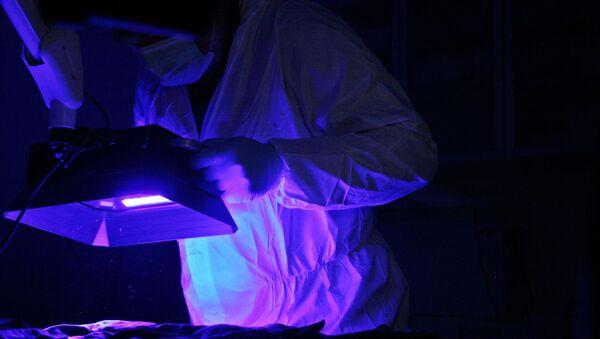 Naukowiec podczas pracy z ultrafioletem - Sputnik Polska