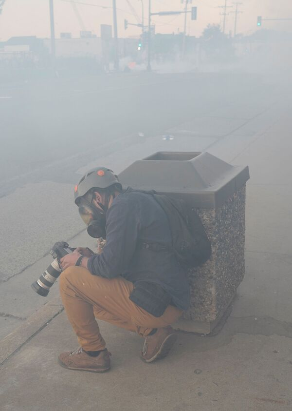 Fotoreporter Reuters Carlos Barria w chmurze gazu łzawiącego w Minneapolis - Sputnik Polska